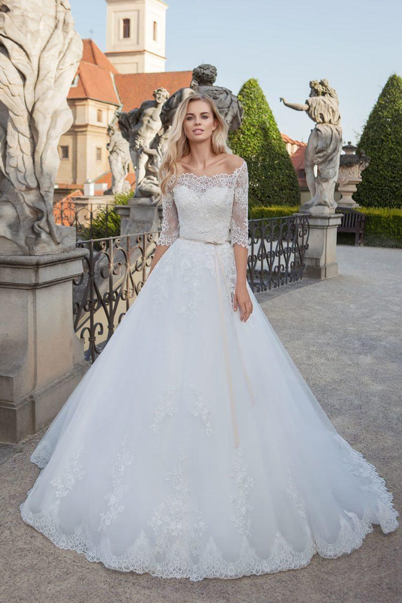 Свадебное платье с кружевным съемным верхом и воздушным шлейфом.