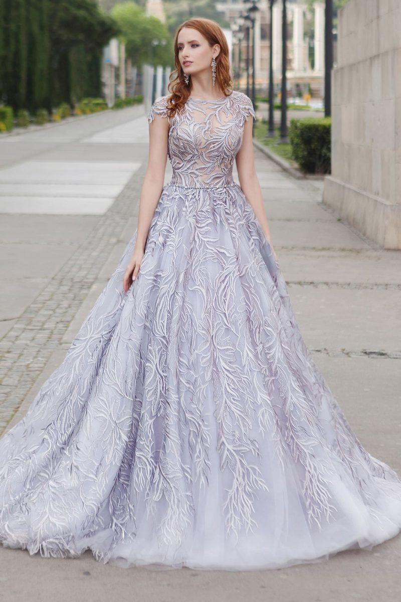 Свадебное платье с лавандовым оттенком, закрытым лифом и юбкой «принцесса».