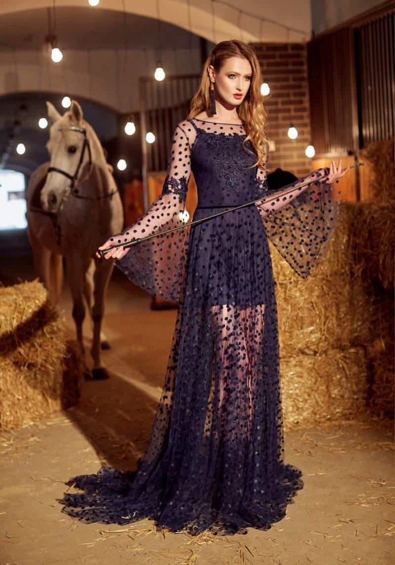 Черное вечернее платье с длинным широким рукавом и прямой юбкой со шлейфом.