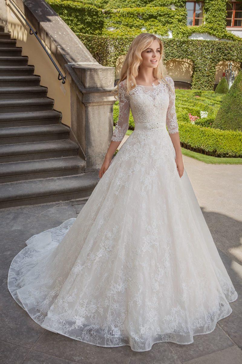 Свадебное платье с рукавом в три четверти, узким поясом и шлейфом.