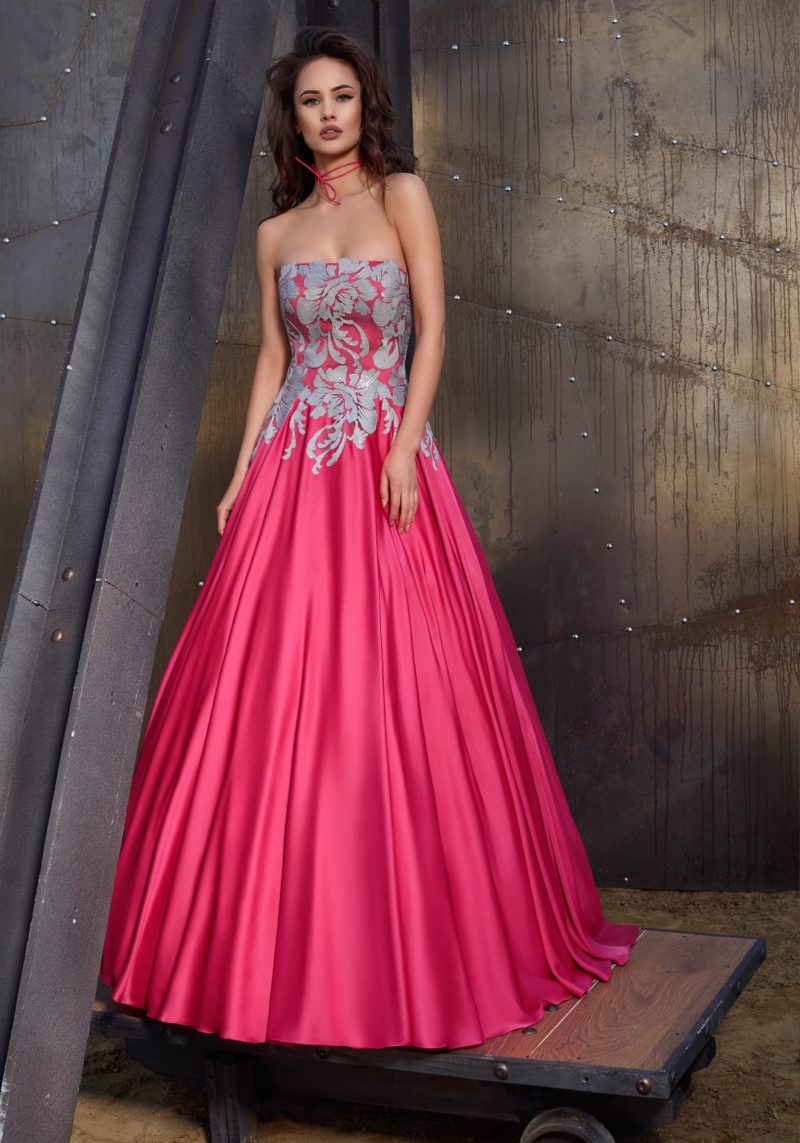 Вечернее платье розового цвета с открытым прямым декольте и шлейфом сзади.