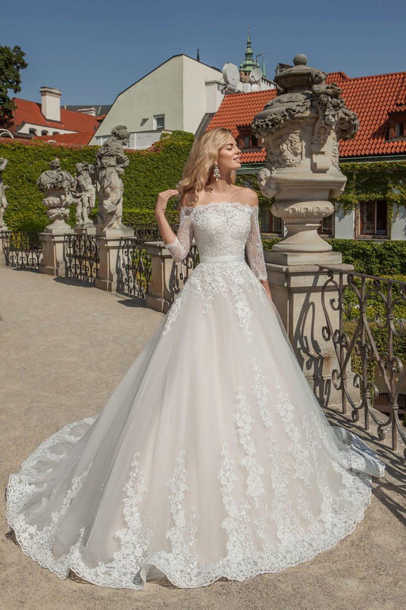 Свадебное платье А-силуэта с рукавами три четверти, узким поясом и кружевом.