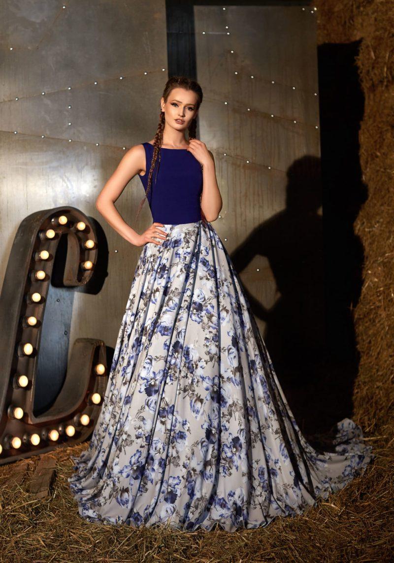 Вечернее платье «принцесса» с юбкой с цветочным принтом и закрытым лифом.