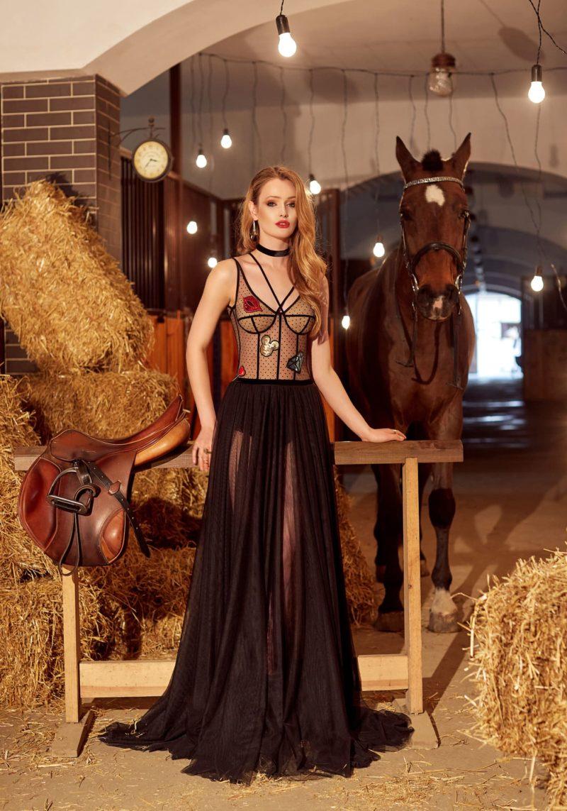 Черное вечернее платье «принцесса» с аппликациями и открытым лифом на бретелях.