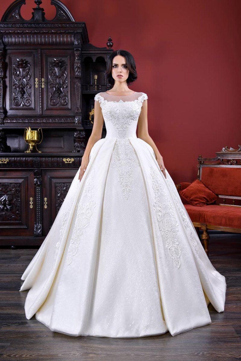 Эффектное свадебное платье пышного силуэта из крепа, с закрытым лифом.