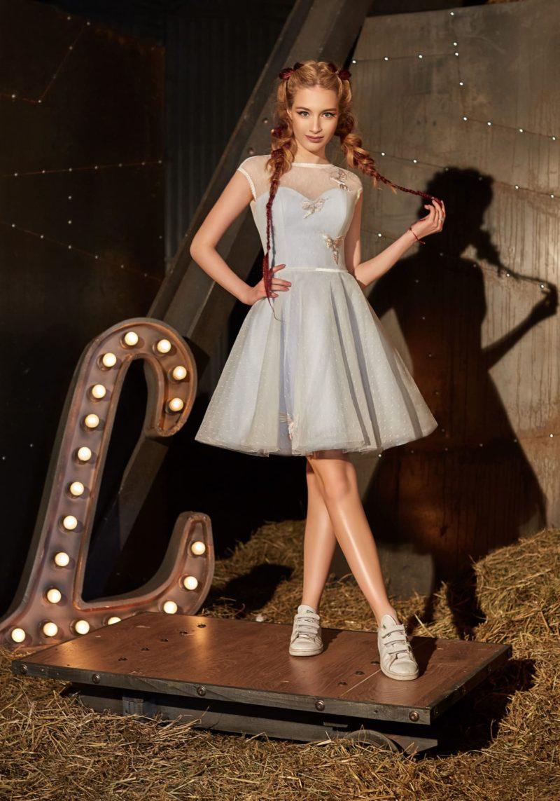 Бело-голубое вечернее платье с закрытым лифом и короткой юбкой А-силуэта.