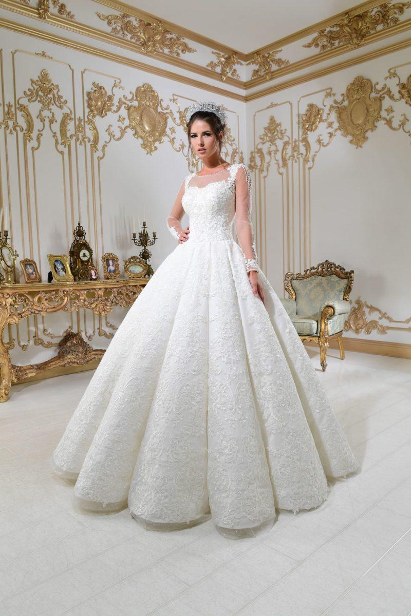 Свадебное платье с пышной юбкой и элегантными длинными рукавами с кружевом.