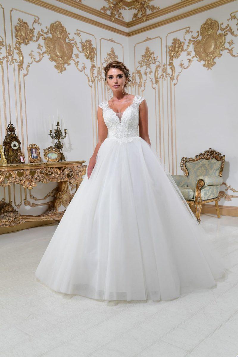 Свадебное платье пышного кроя с изящным V-образным вырезом и кружевным декором.