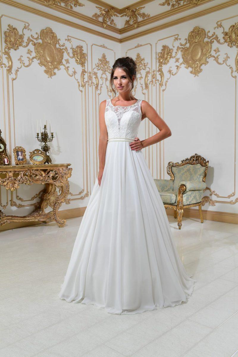 Свадебное платье А-силуэта с кружевным декором лифа и открытой спинкой.