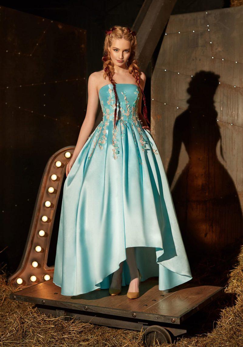 Голубое вечернее платье с прямым вырезом декольте и укороченной спереди юбкой.