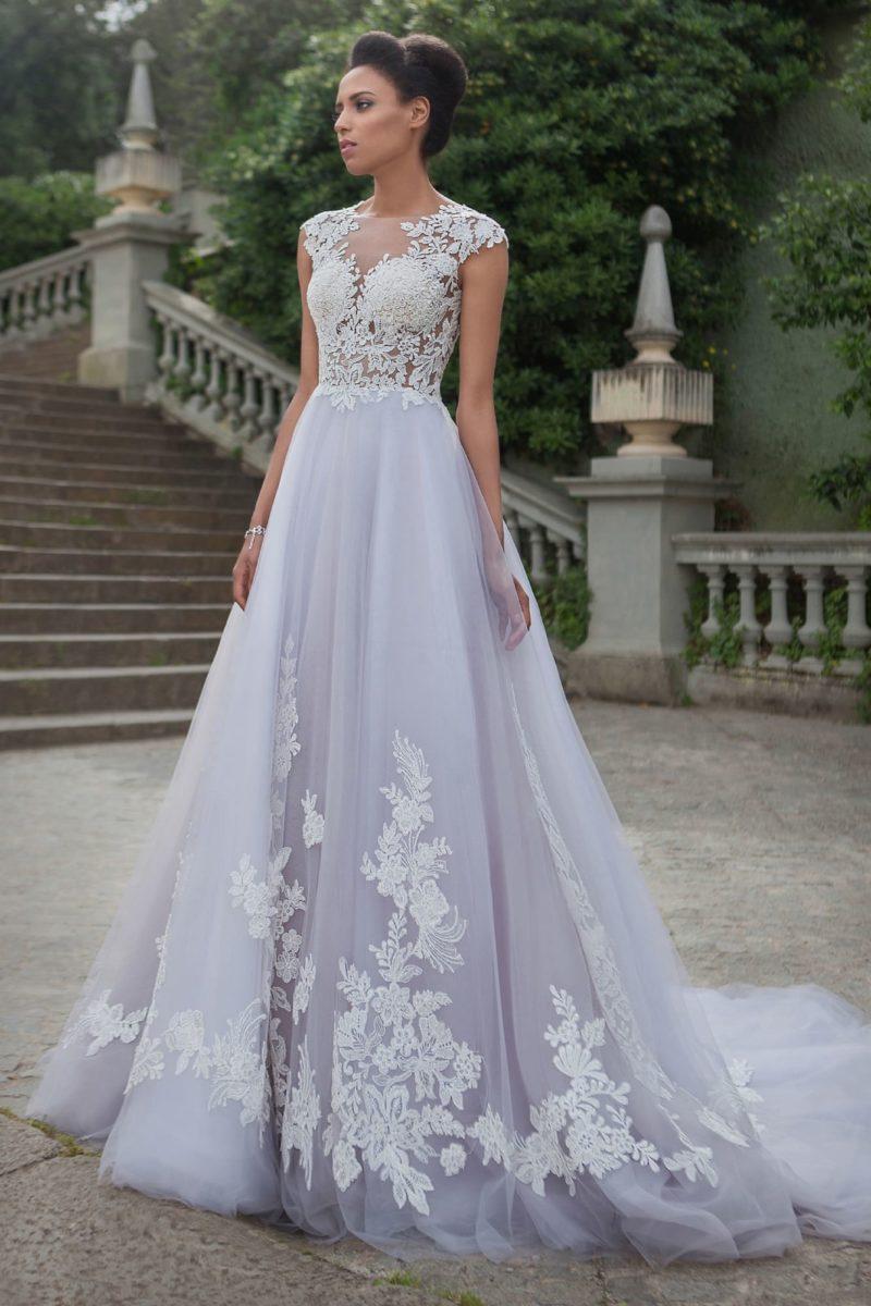 Свадебное платье А-силуэта с отделкой из кружевных аппликаций и тонкой спинкой.
