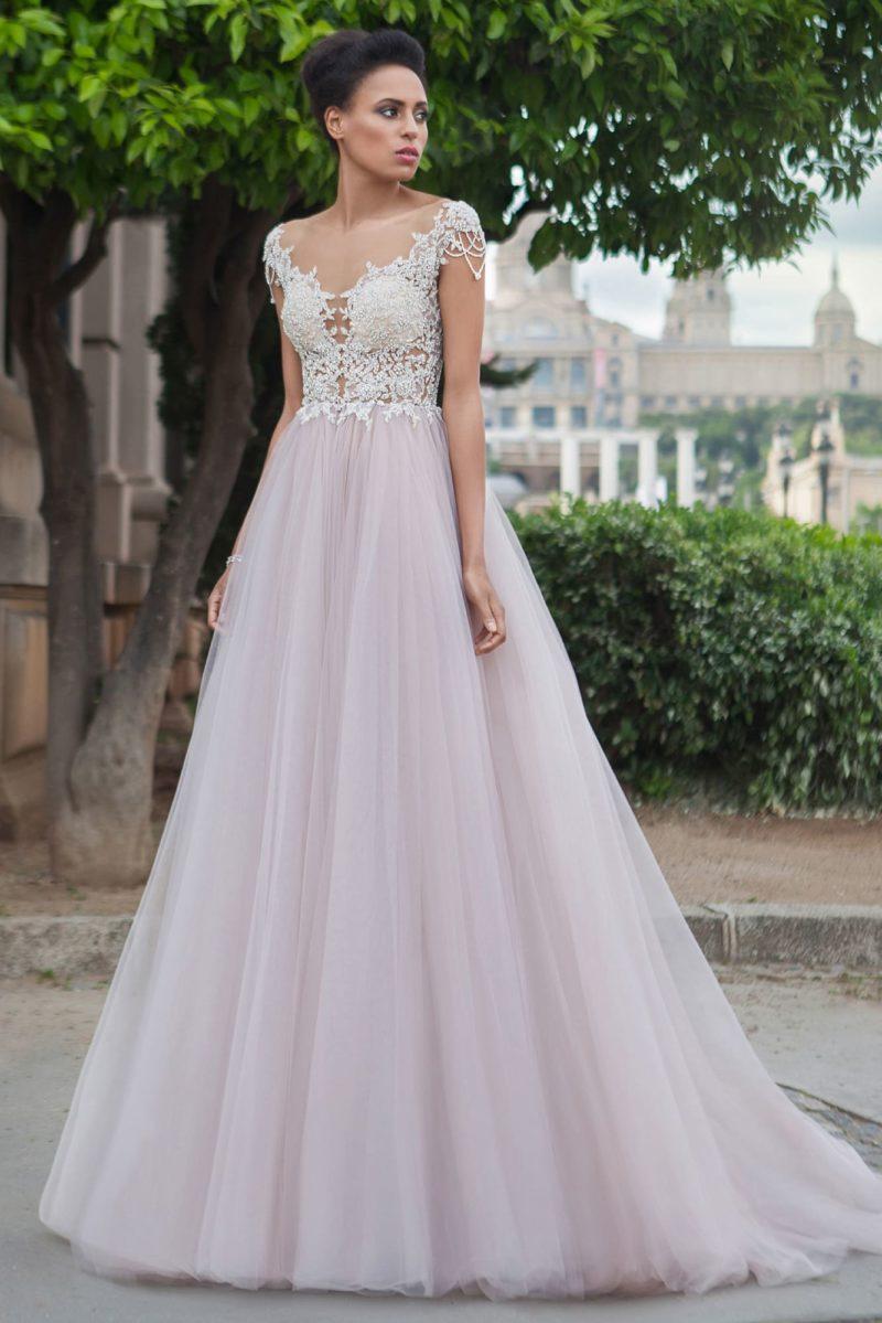 Розовое свадебное платье А-силуэта с отделкой белым кружевом по верху.