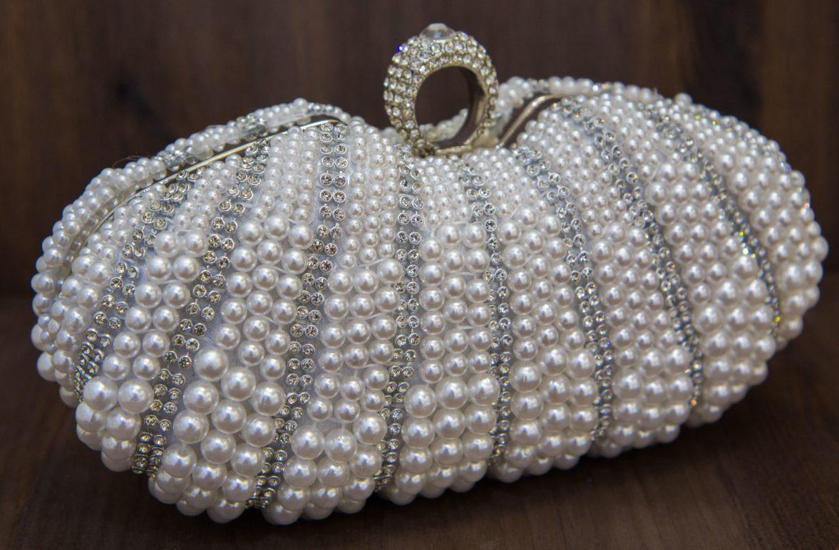 Великолепный свадебный клатч-ридикюль, оформленный жемчужинами и стразами.