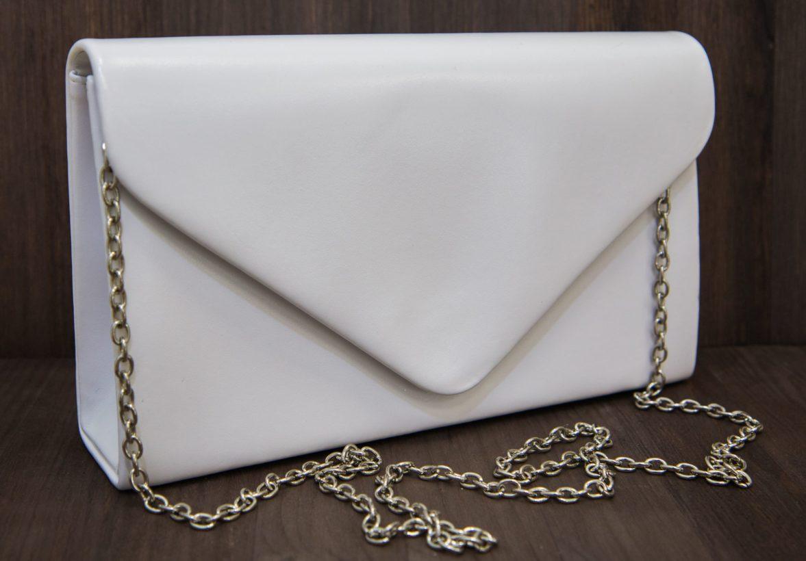 Стильный прямоугольный клатч из гладкой белой кожи, на серебристой цепочке.