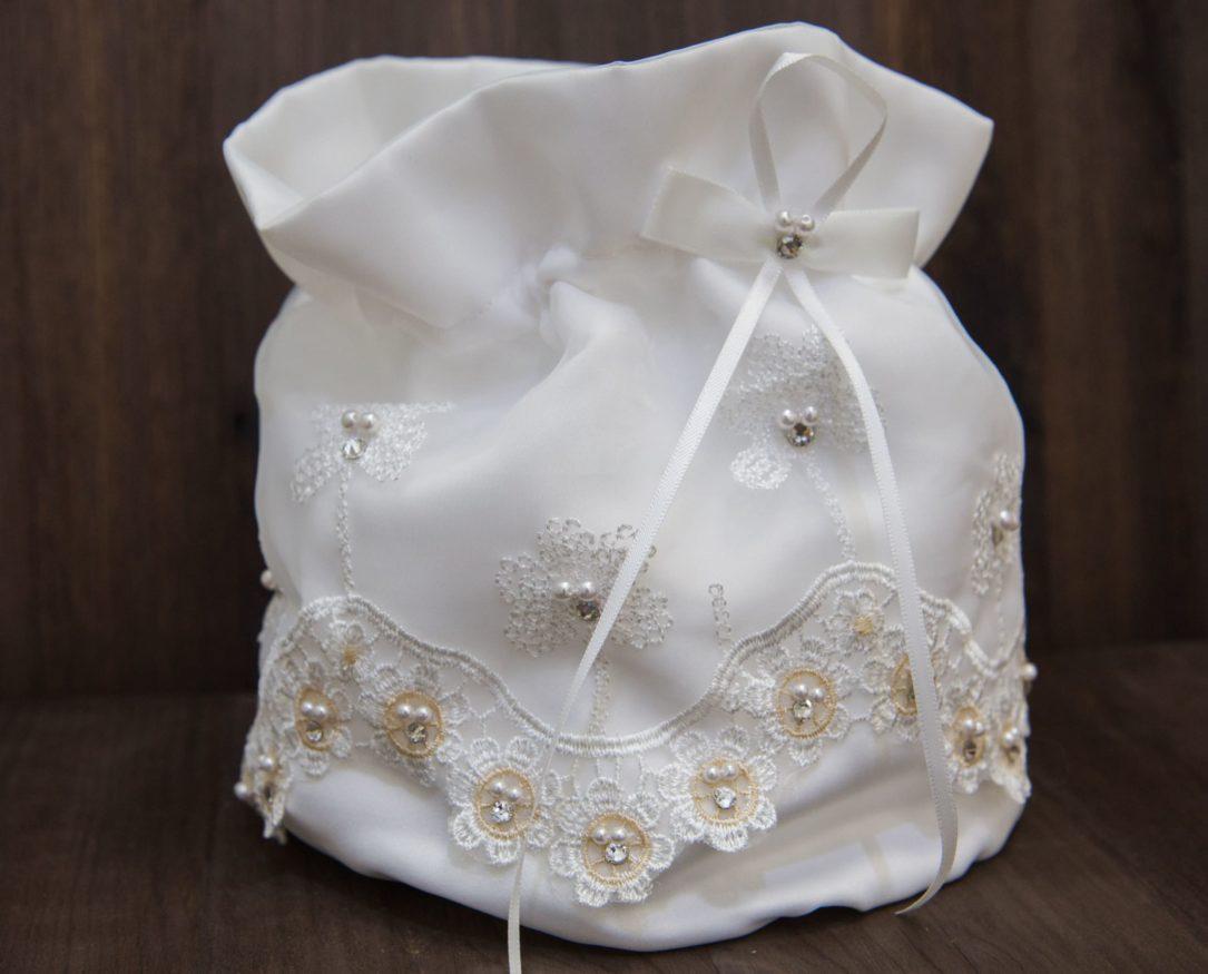 Оригинальный свадебный клатч из мягкой ткани, украшенный кружевом и бусинами.