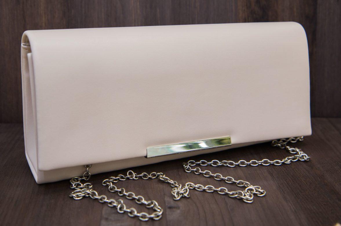 Стильный прямоугольный клатч пудрового оттенка, на цепочке и с сияющей застежкой.