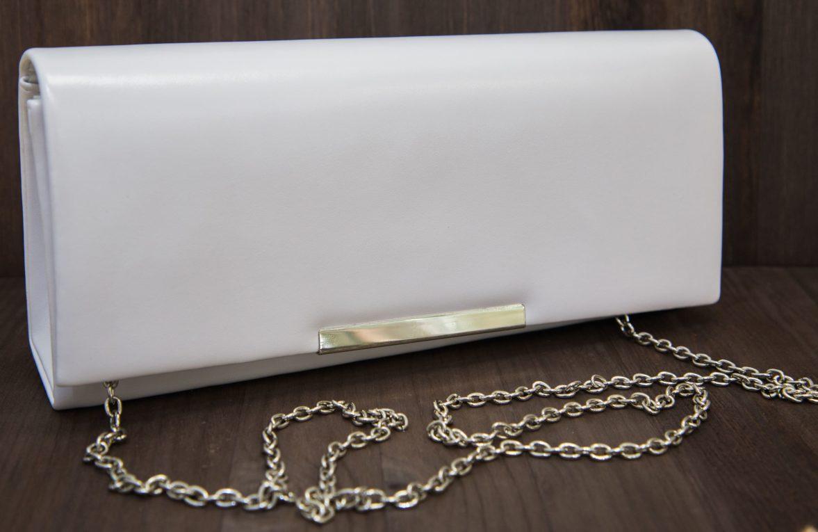 Лаконичный белый клатч с серебристой застежкой и изящной цепочкой.