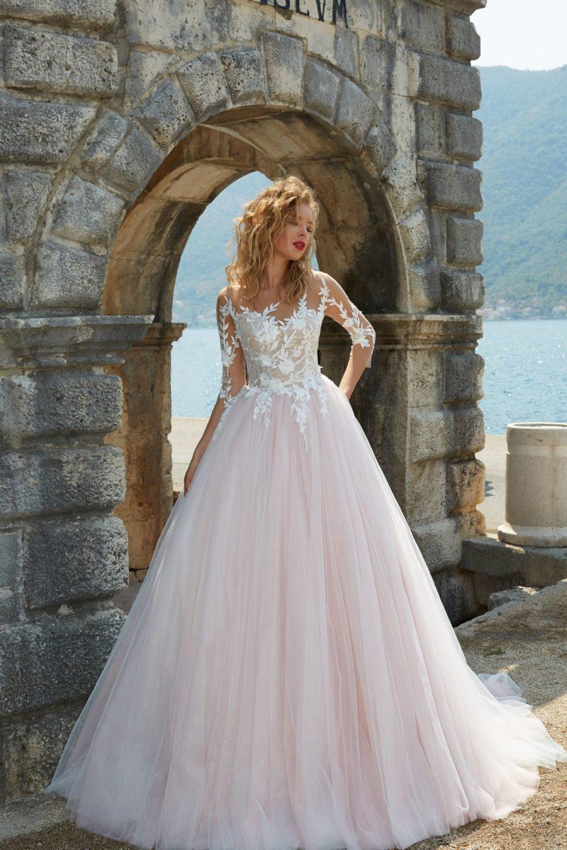 Свадебное платье с торжественной розовой юбкой пышного кроя и кружевом по верху.