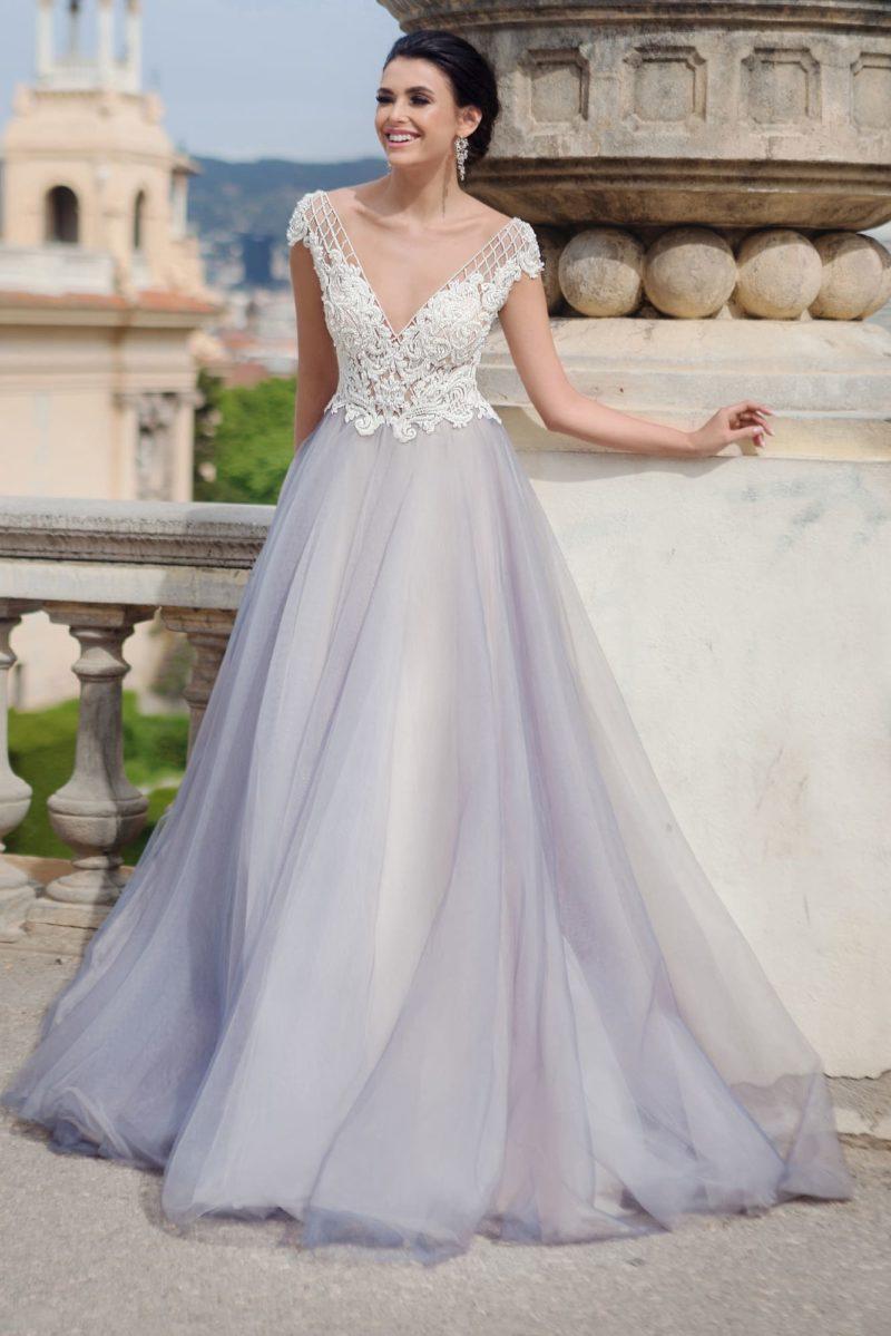 Свадебное платье А-силуэта с романтичным корсетом и юбкой лавандового цвета.