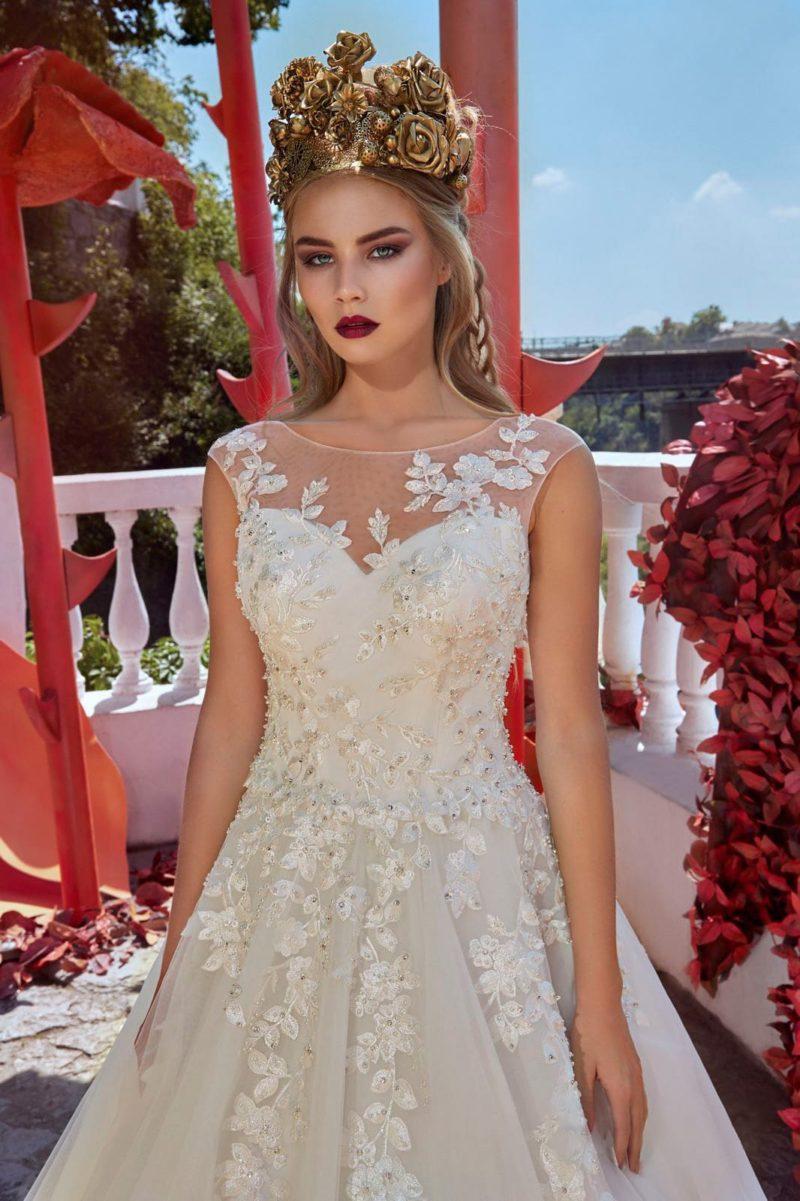 Свадебное платье А-силуэта с изящным закрытым лифом и бисерным декором.