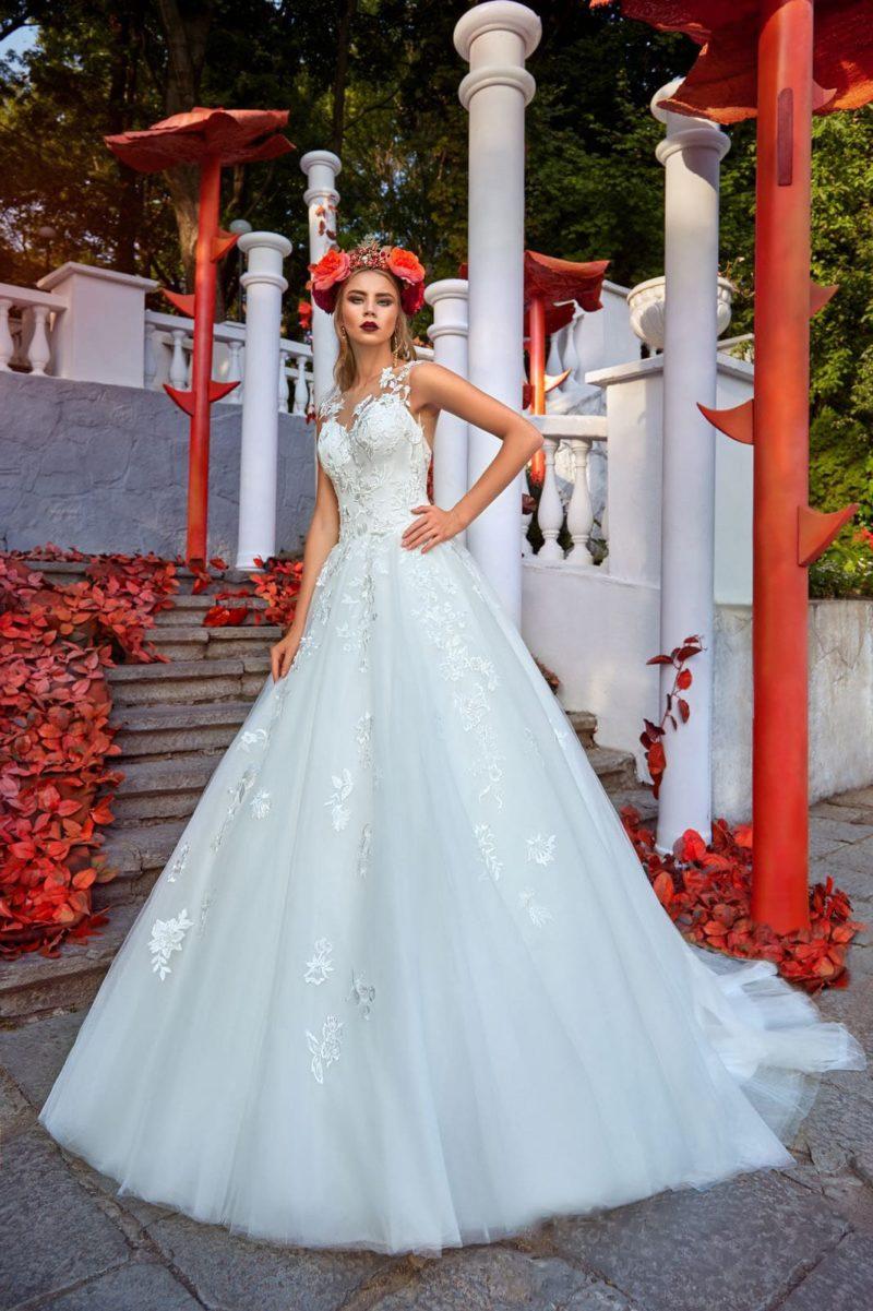 Свадебное платье А-силуэта с изящным корсетом и цветочными аппликациями.