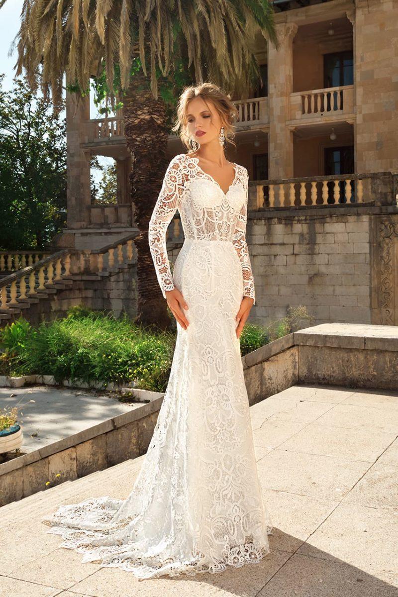 Свадебное платье прямого силуэта с небольшим шлейфом и длинным рукавом.