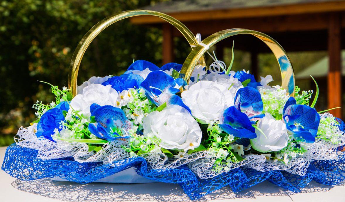 Бело-голубое украшение на машину с сетчатыми оборками и золотистыми кольцами.