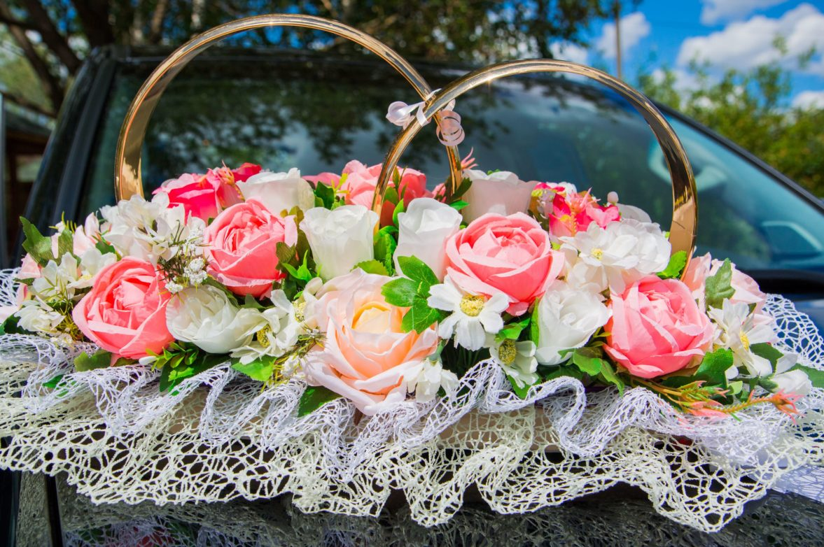 Шикарное украшение на машину, декорированное оборками, бутонами и кольцами.
