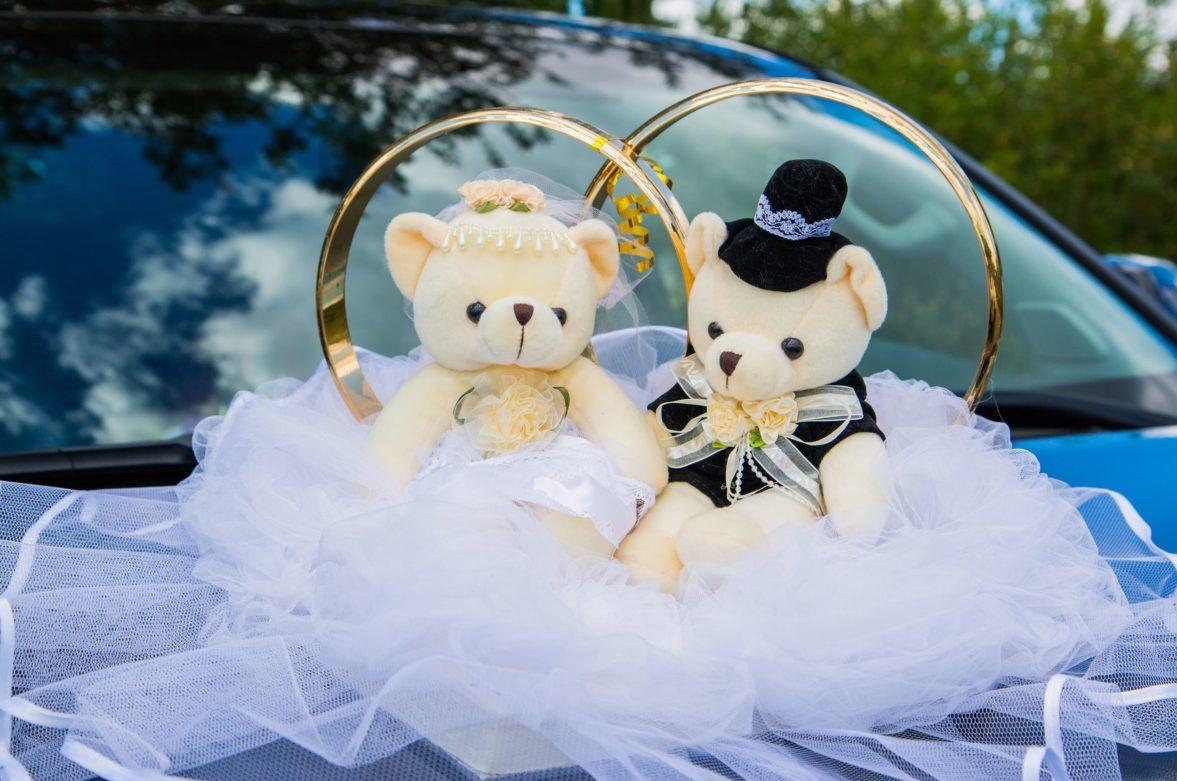 Украшение на машину с традиционными кольцами и плюшевыми мишками.