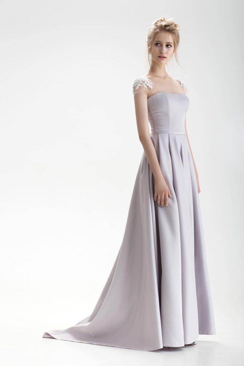 Свадебное платье лилового оттенка с силуэтом «принцесса» и кружевным декором.