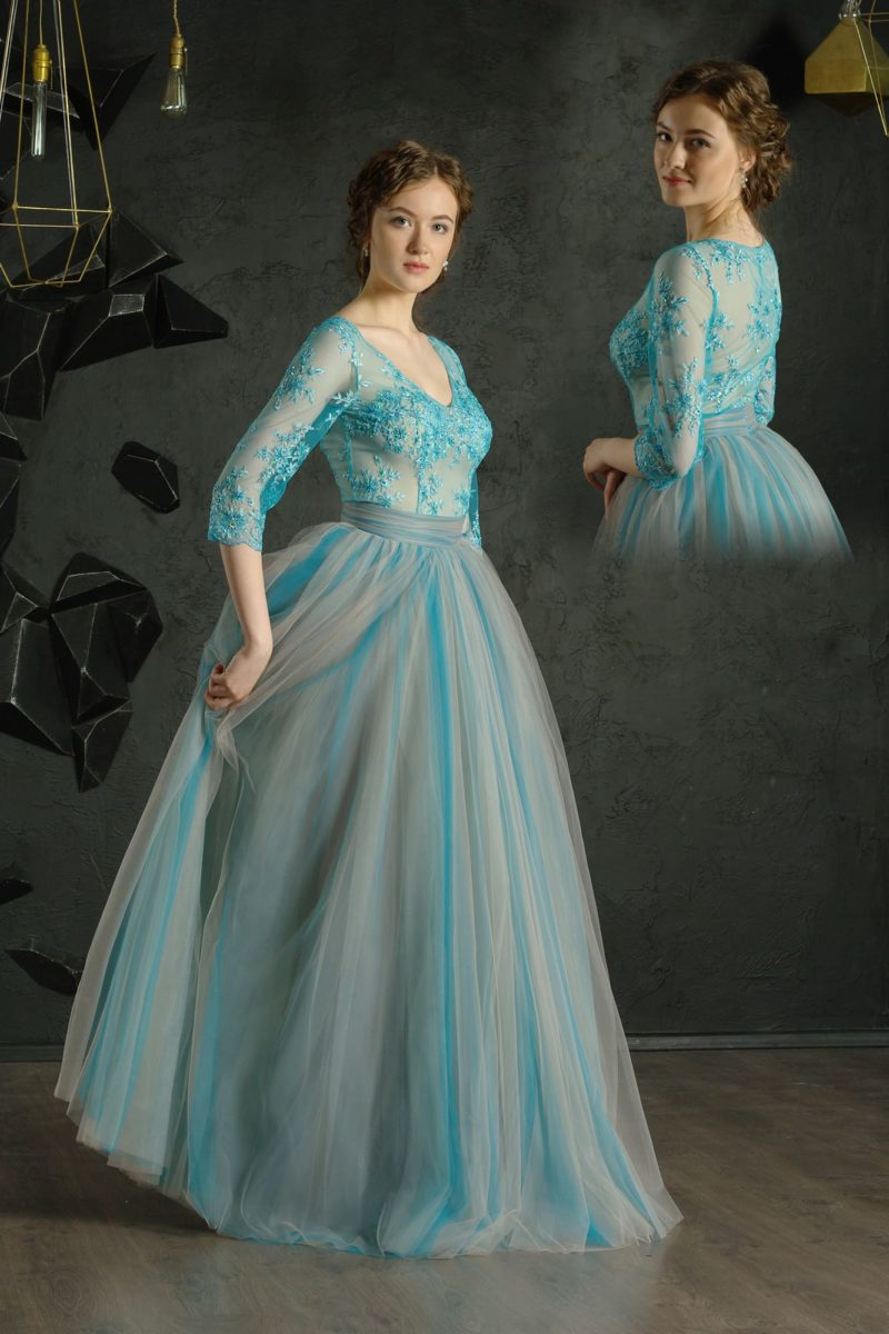 Воздушное вечернее платье с рукавом три четверти и небольшим вырезом.