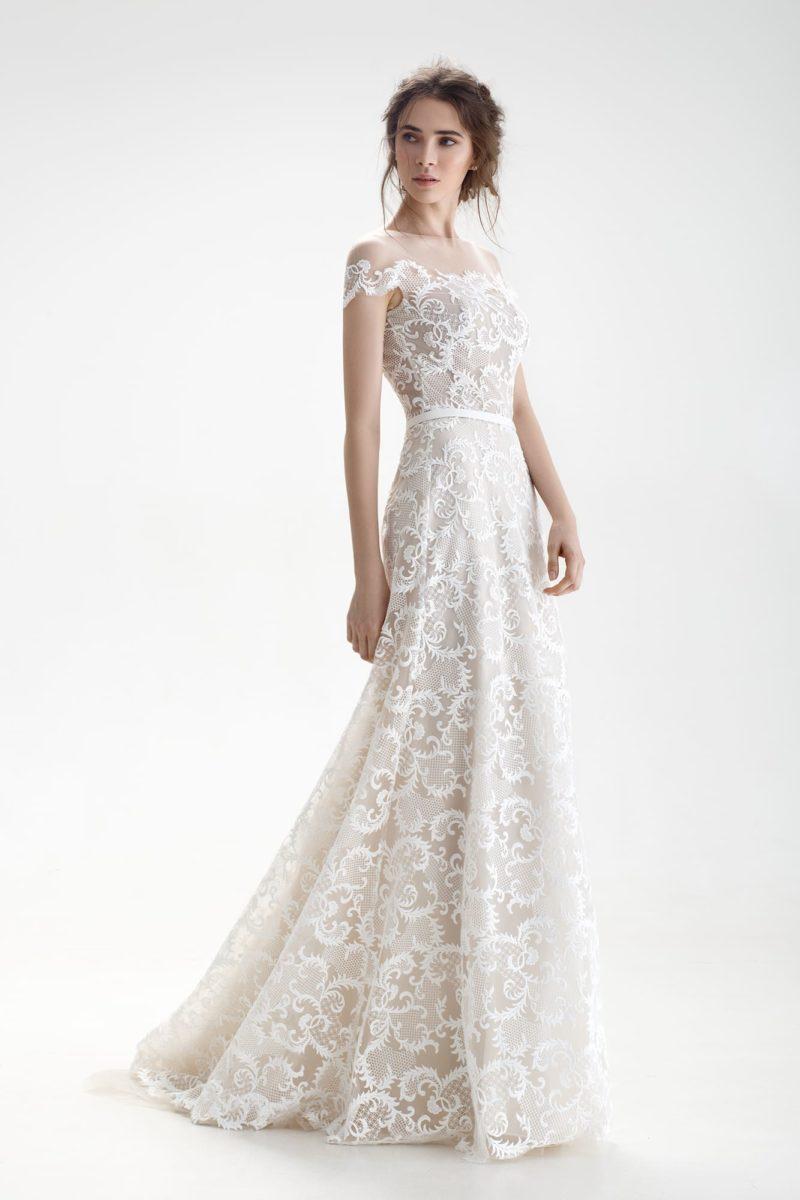 Свадебное платье с кружевной отделкой и фигурным портретным декольте.
