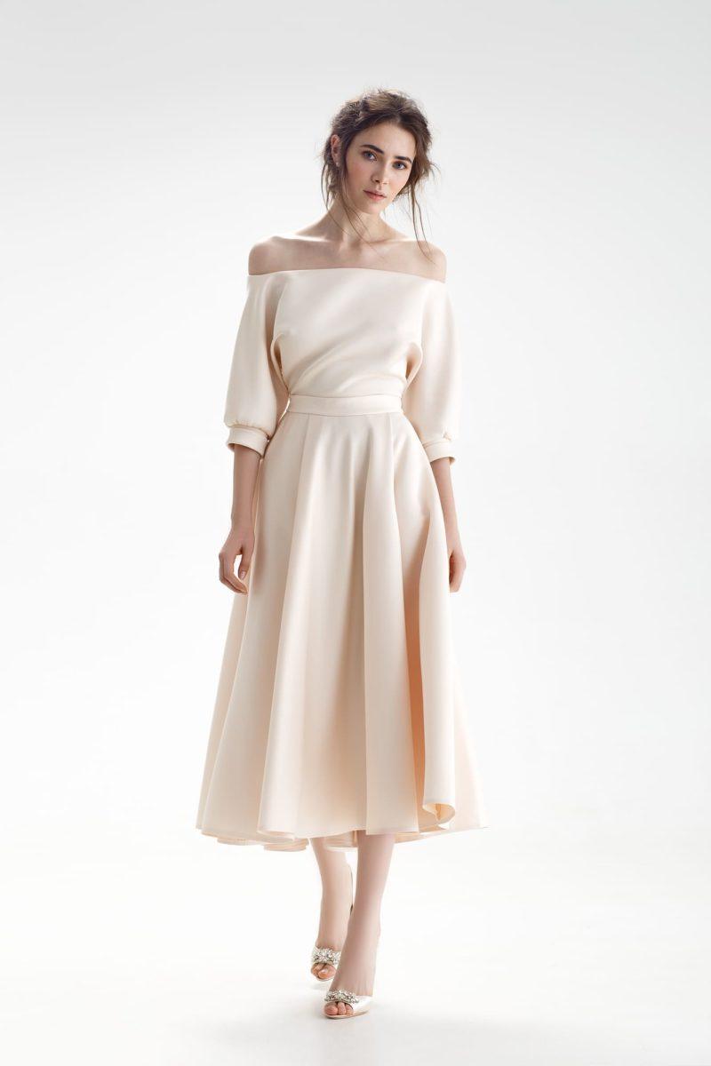 Свадебное платье цвета айвори с открытым верхом и юбкой длины миди.