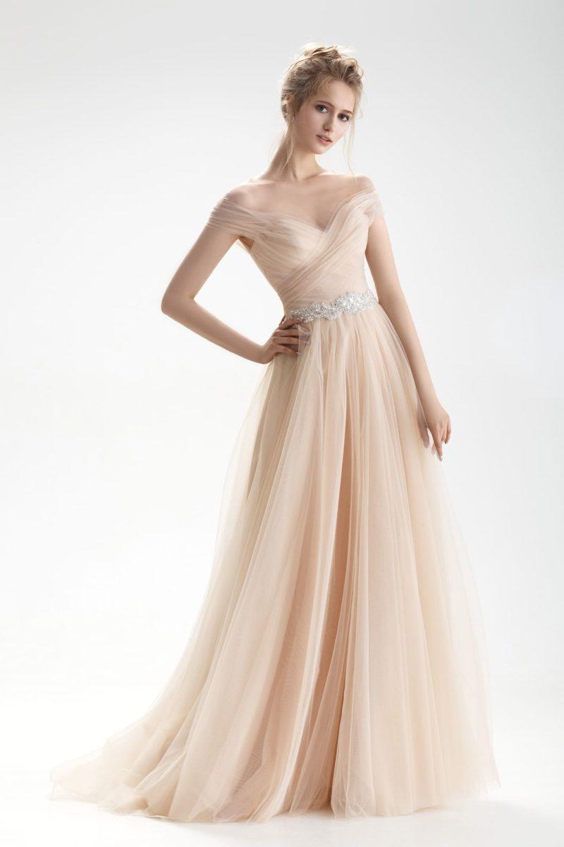 Бежевое свадебное платье с V-образным декольте и романтичной юбкой «принцесса».