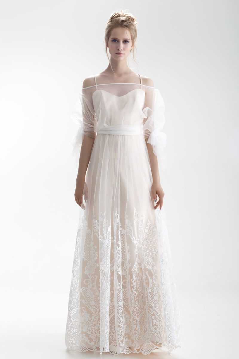 Свадебное платье с портретным декольте, объемным рукавом и кружевом на юбке.
