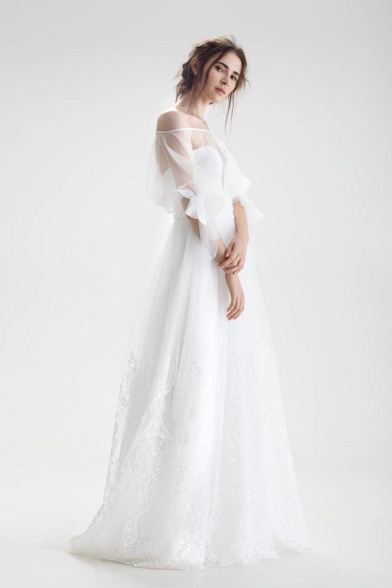 Свадебное платье с оригинальным оформлением верха и кружевным декором юбки.