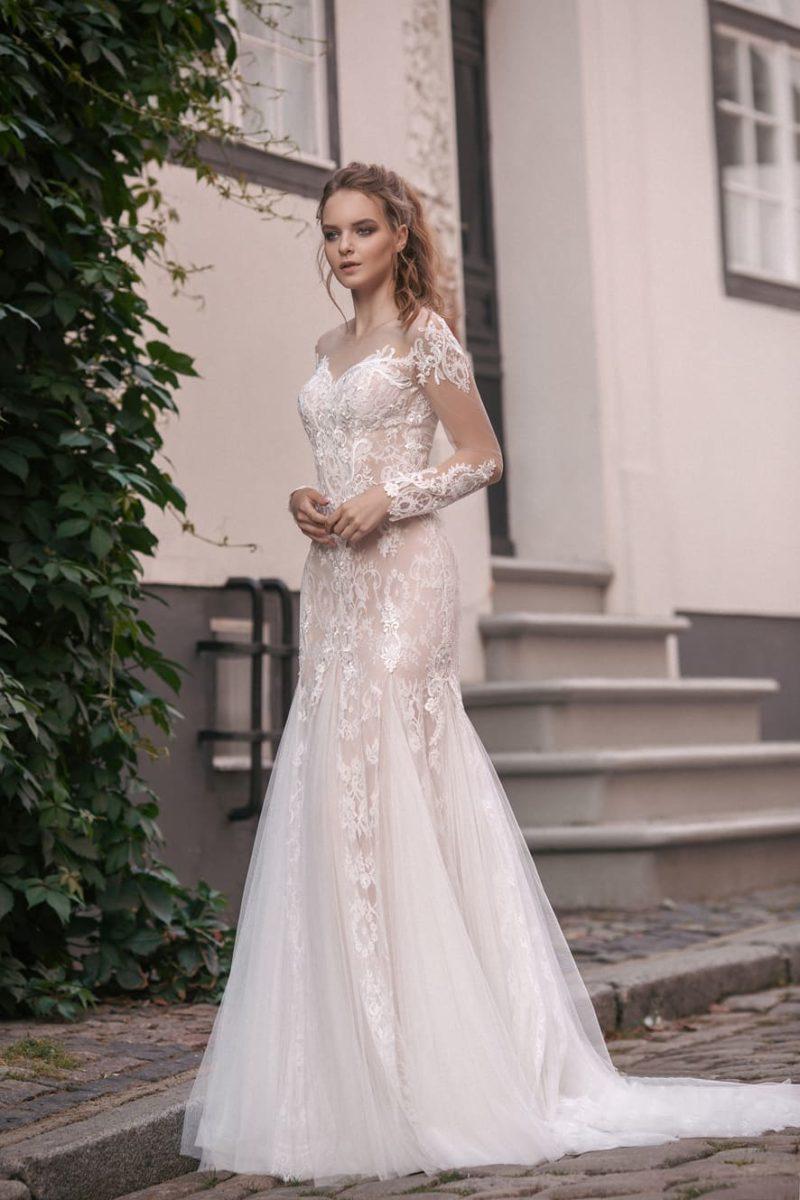 Свадебное платье «русалка» с кружевной отделкой и подкладкой бежевого цвета.
