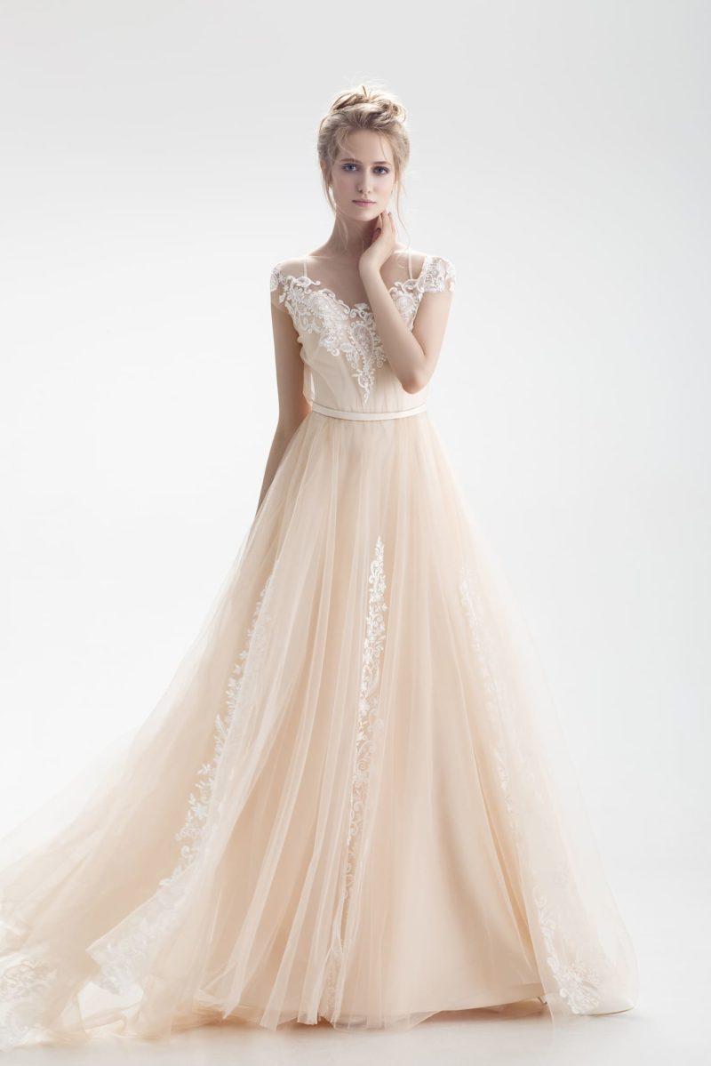 Свадебное платье персикового оттенка с открытым лифом и юбкой А-силуэта.