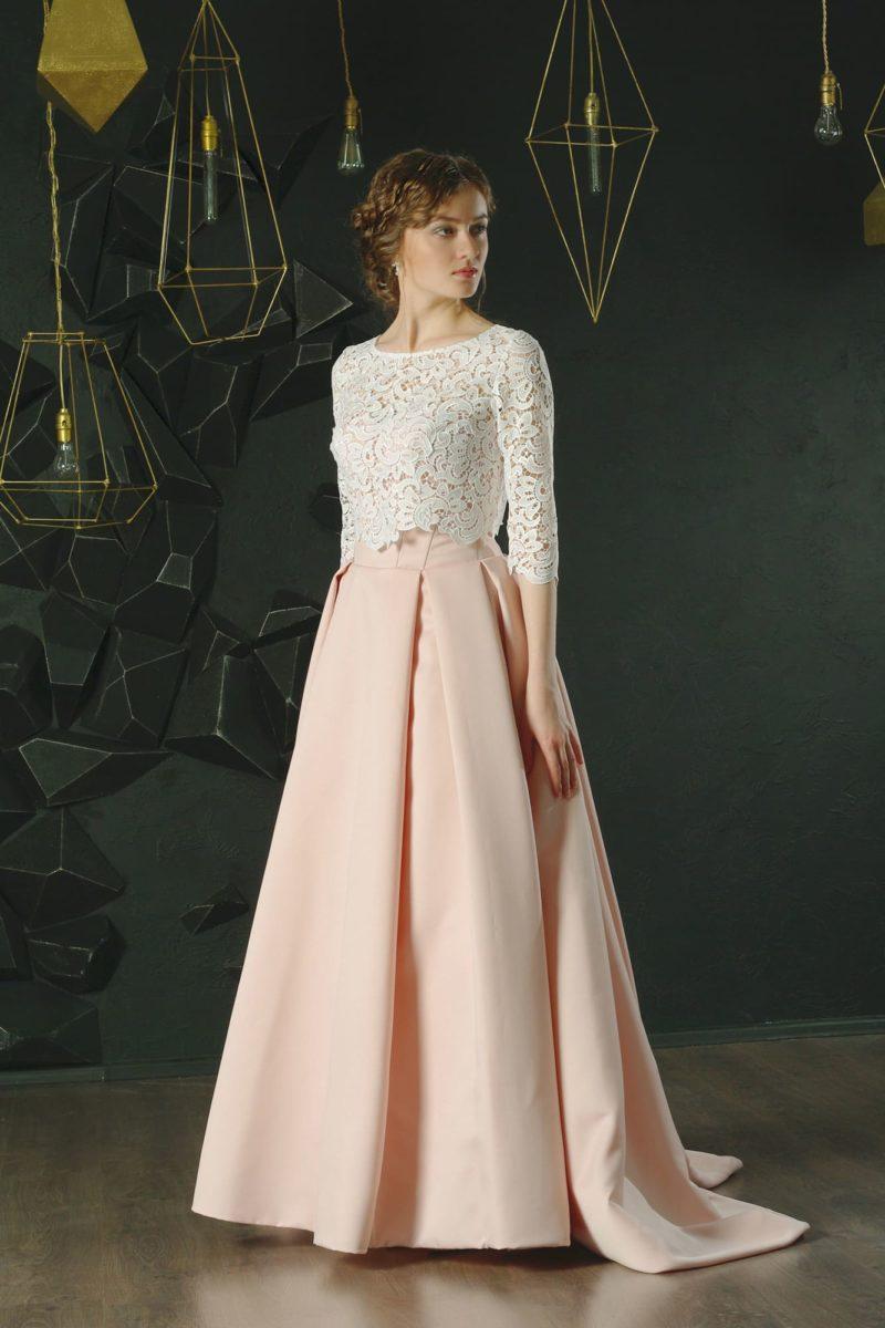 Розовое вечернее платье с кружевным болеро белого цвета и небольшим шлейфом.