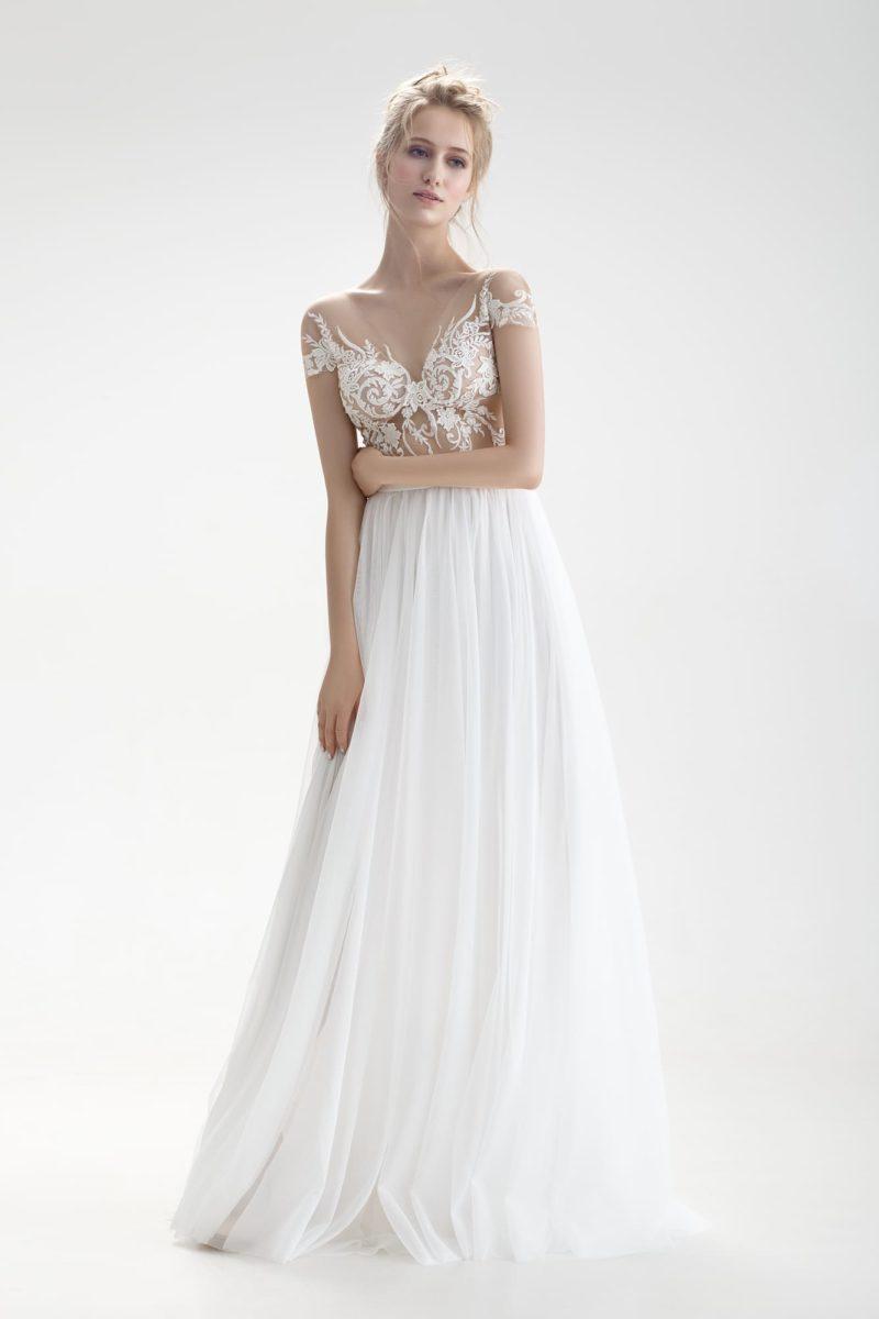 Свадебное платье с иллюзией полупрозрачности на лифе и романтичной юбкой.