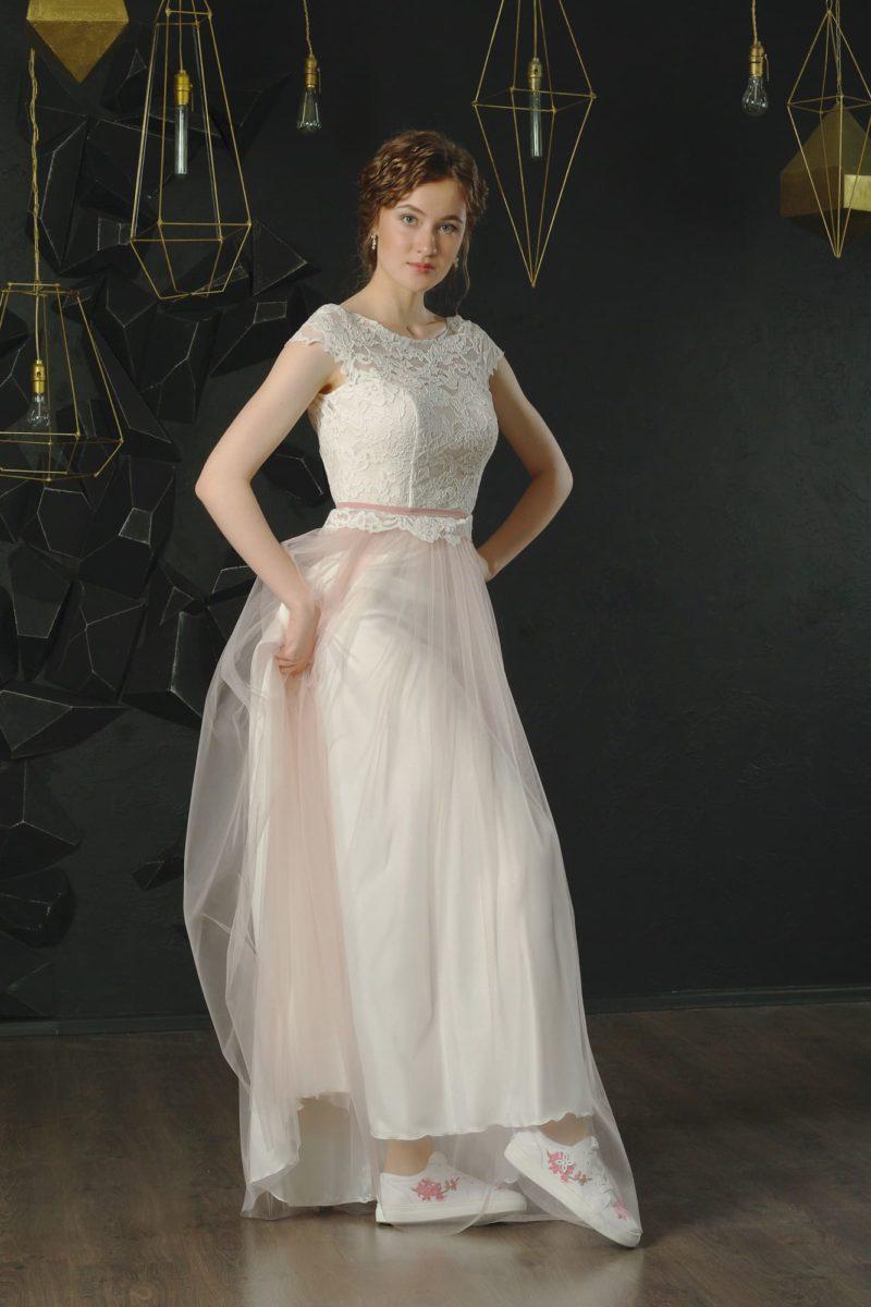 Прямое вечернее платье с белым кружевным верхом и розовым подолом.