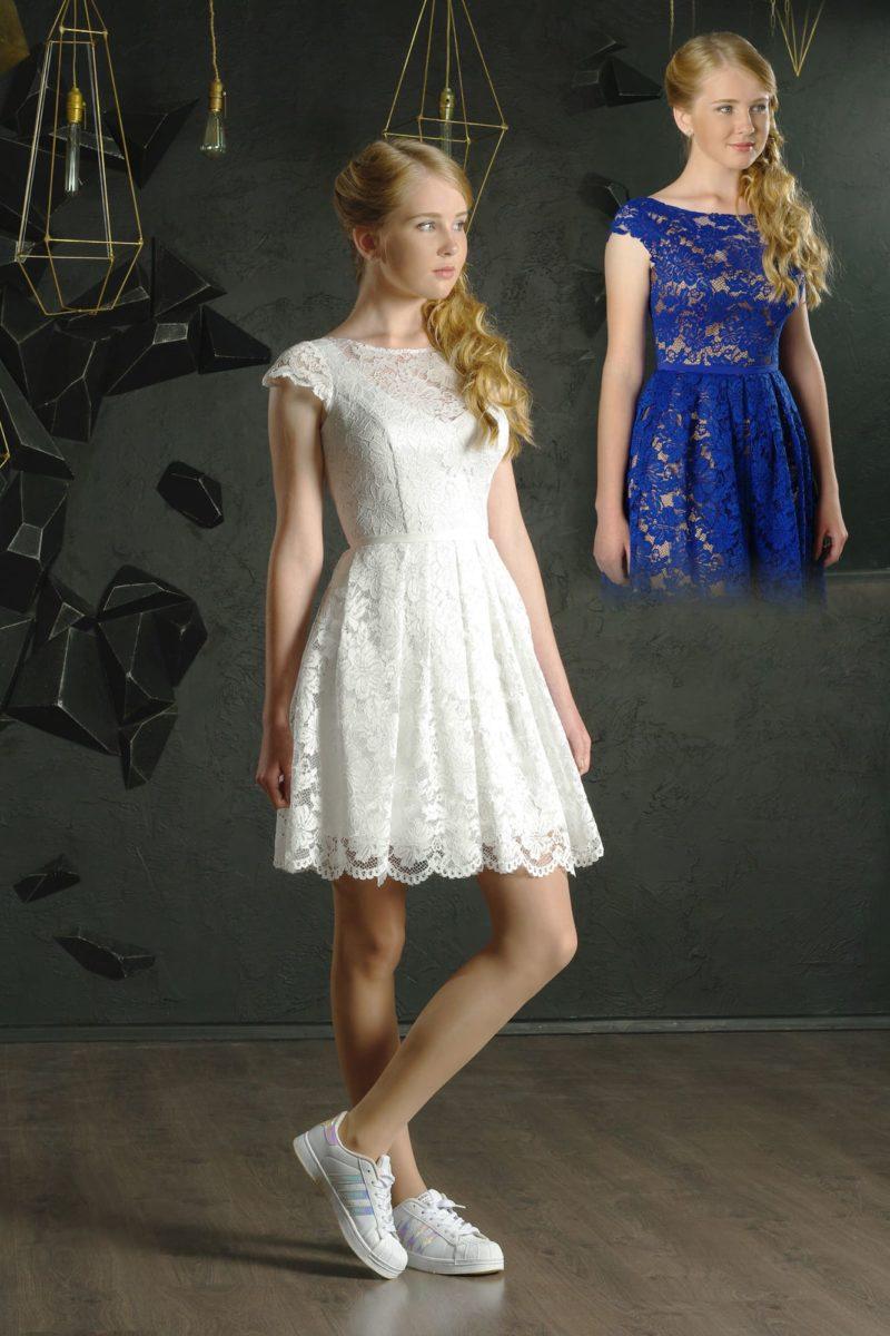 Короткое вечернее платье с округлым вырезом и короткими кружевными рукавами.