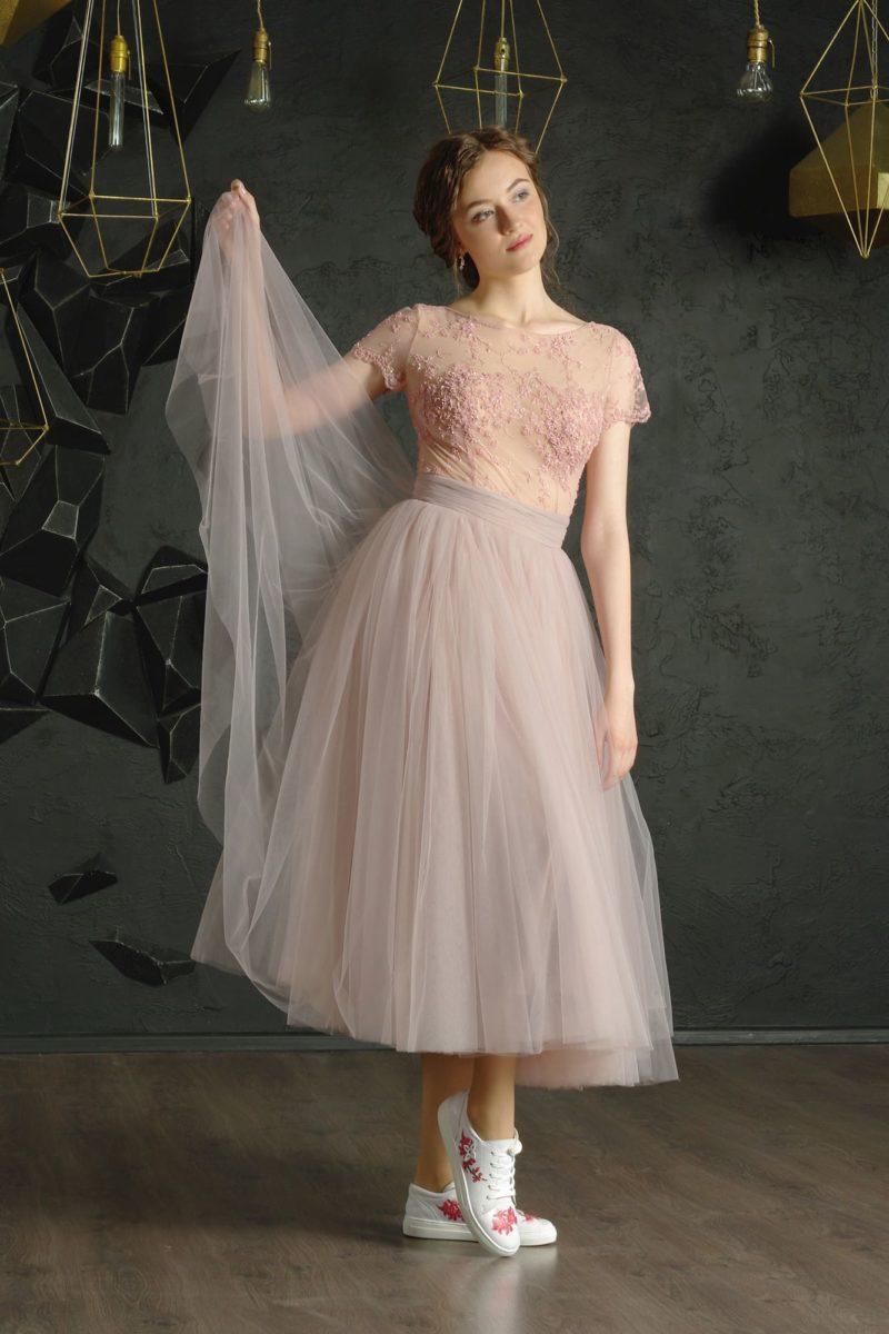 Розовое вечернее платье с коротким рукавом и округлым вырезом под горло.