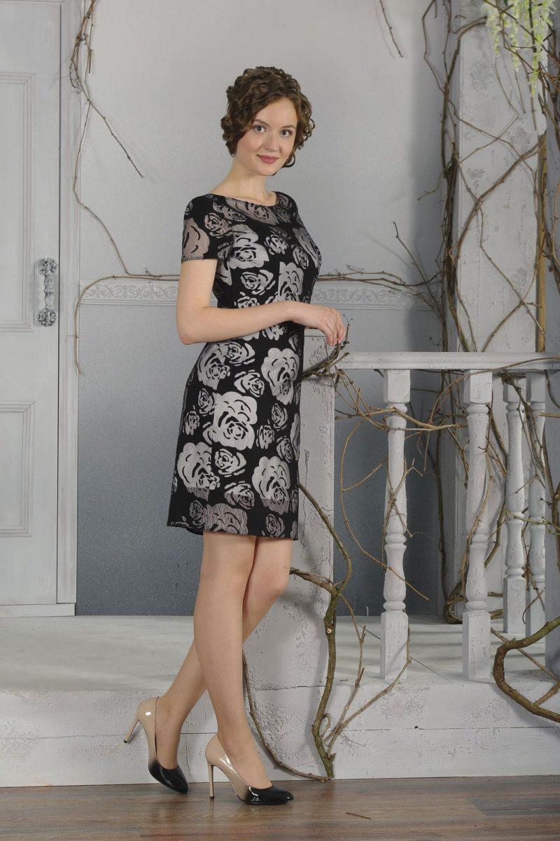 Вечернее платье с тонким верхом черного цвета и элегантным силуэтом.
