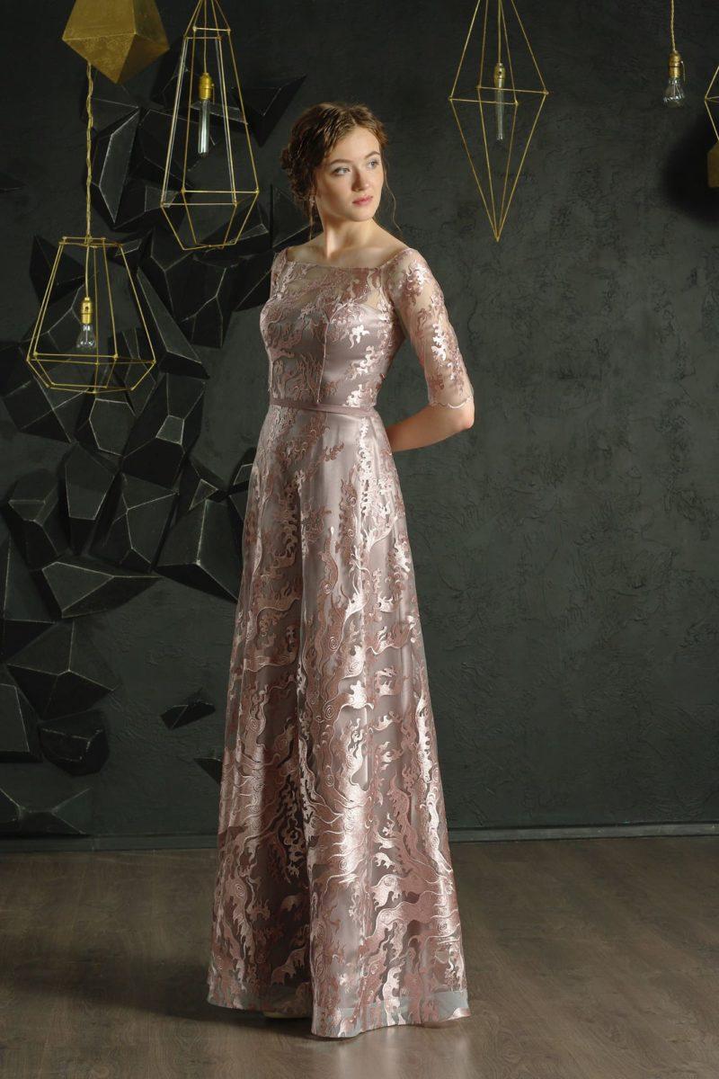 Прямое вечернее платье с глянцевым декором и узким поясом на талии.