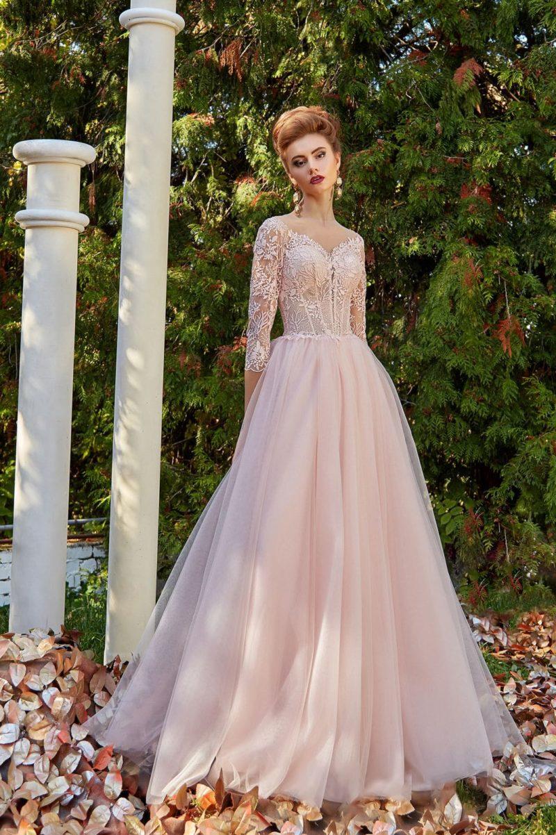 Розовое вечернее платье с полупрозрачной вставкой на спинке и кружевным декором.