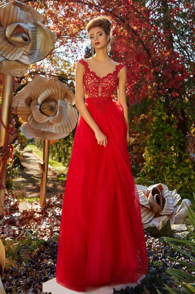Прямое вечернее платье алого цвета с полупрозрачным верхом, дополненным кружевом.
