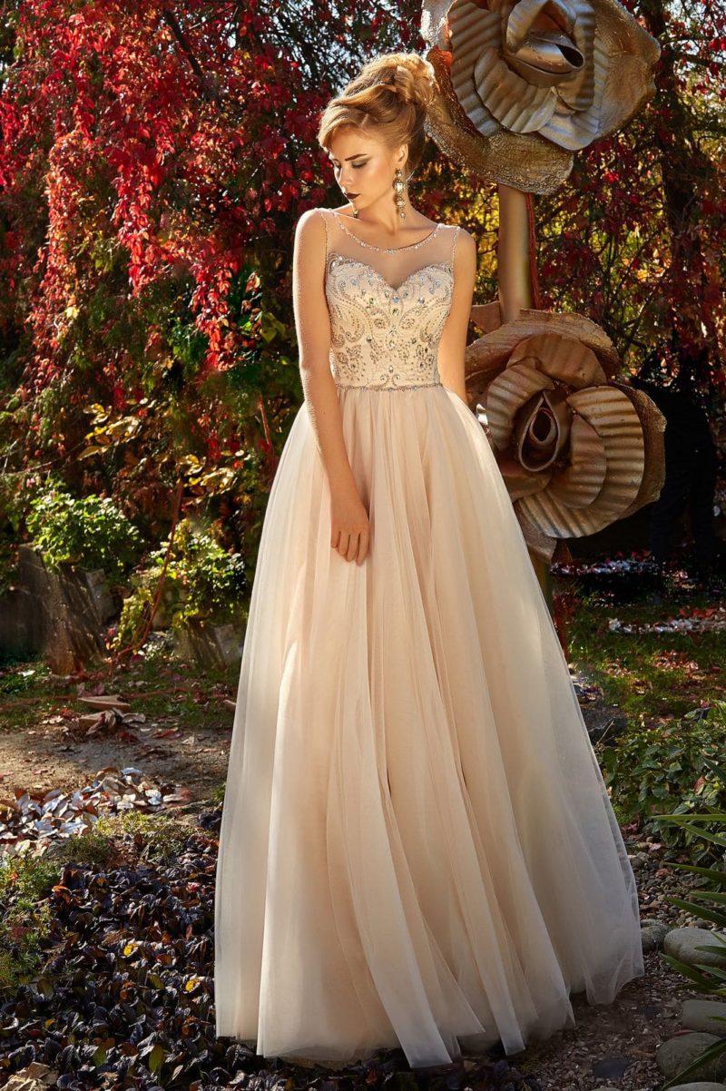 Персиковое вечернее платье с роскошной отделкой по корсету и тонкой вставкой.