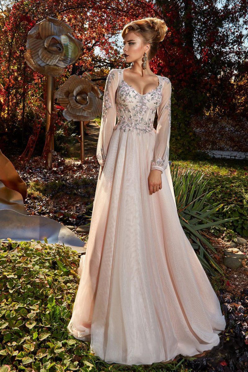 Стильное вечернее платье с бисерной отделкой и длинным полупрозрачным рукавом.