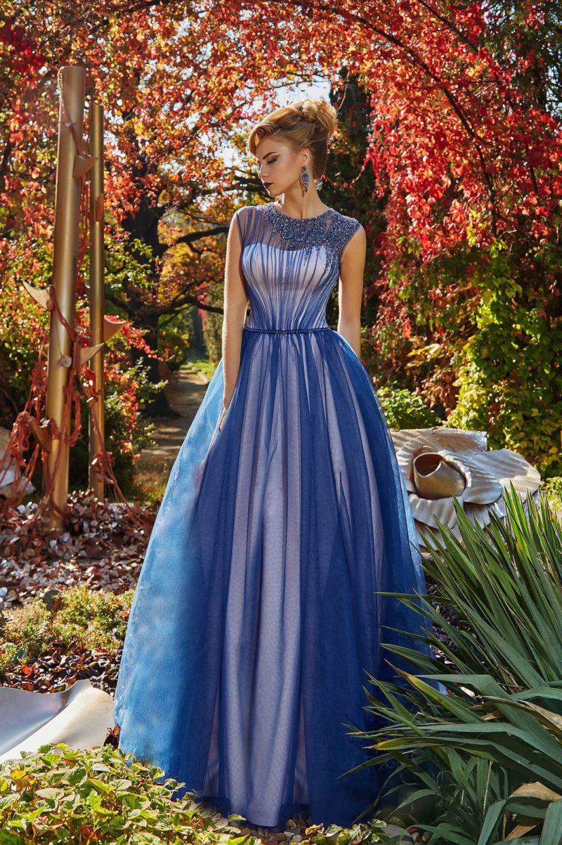 Эффектное вечернее платье с синим верхом и белой подкладкой по всей длине.